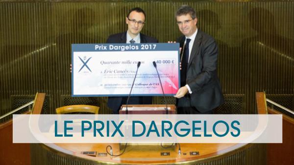 Le gagnant du prix Dargelos 2017 reçoit son prix, des mains du président de l'Association des anciens élèves de l'école polytechnique, à l'hémicycle du CESE